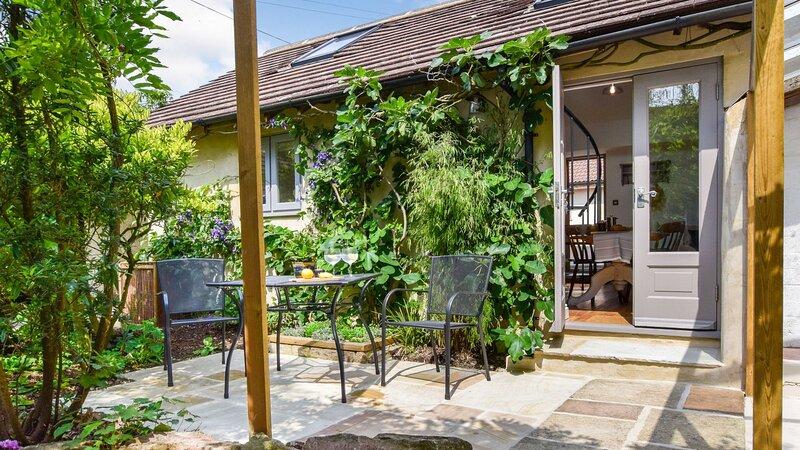 Hayloft at Walnut Farm, Bagpath sleeps 2 guests  in 1 bedroom, casa vacanza a Wotten-under-Edge
