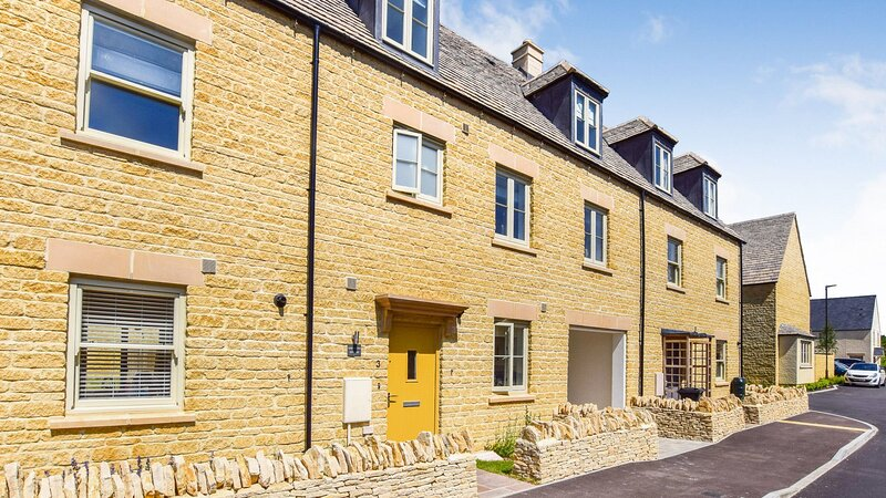 Hawthorn Cottage, Northleach, Cotswolds - sleeps 8 guests  in 4 bedrooms, location de vacances à Shipton Oliffe