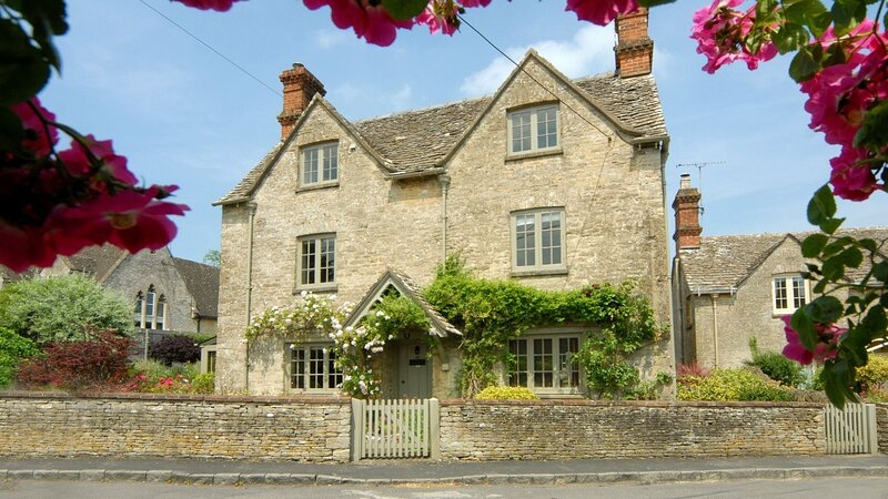 Holly Cottage,  Coln St Aldwyns, Cotswolds - sleeps 8 guests  in 4 bedrooms, vacation rental in Fairford