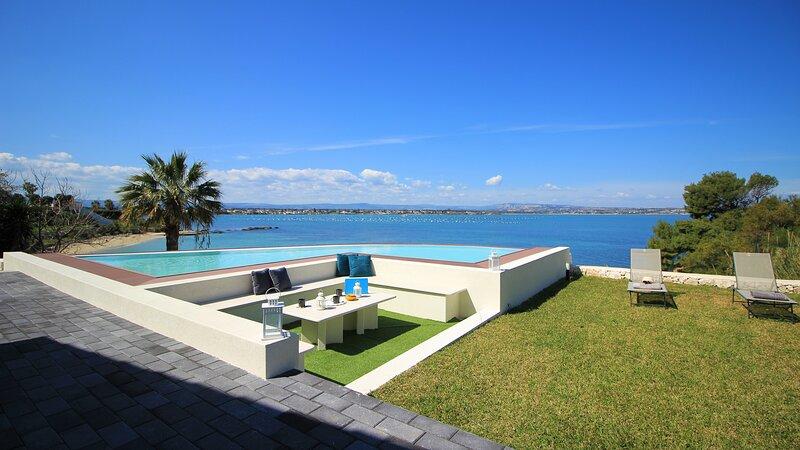 Isola Villa Sleeps 8 with Pool Air Con and WiFi - 5870120, casa vacanza a Santa Marina Salina