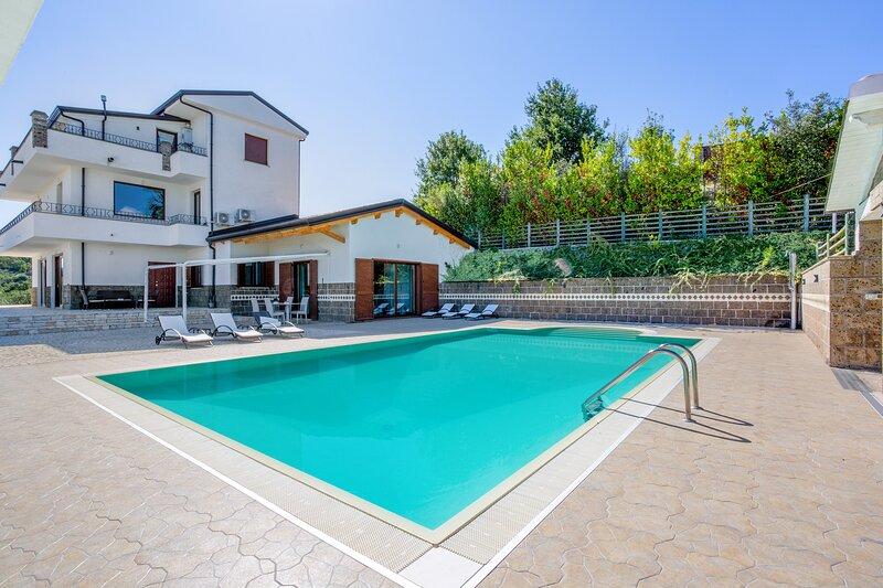 Amazing villa with swimming-pool, holiday rental in San Salvatore Telesino
