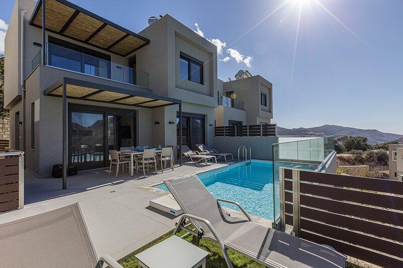 Iraklis villa 3, Brand new villa offering 3 ensuite bedrooms near many beaches, holiday rental in Mixorrouma