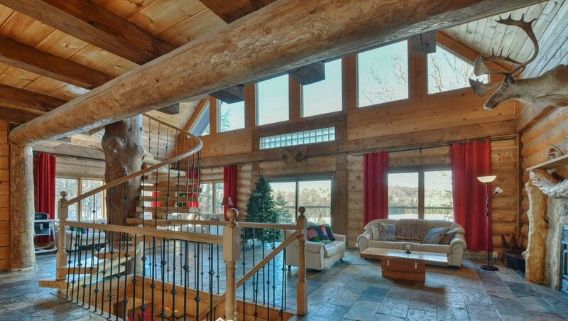 Stunning Log Home with Lake Access, Private Hot Tub, Pool Table, aluguéis de temporada em Grenville-sur-la-Rouge