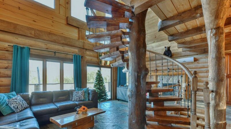 Beautiful Log Chalet with Year Round Private Hot Tub and Lake Access, aluguéis de temporada em Mille-Isles