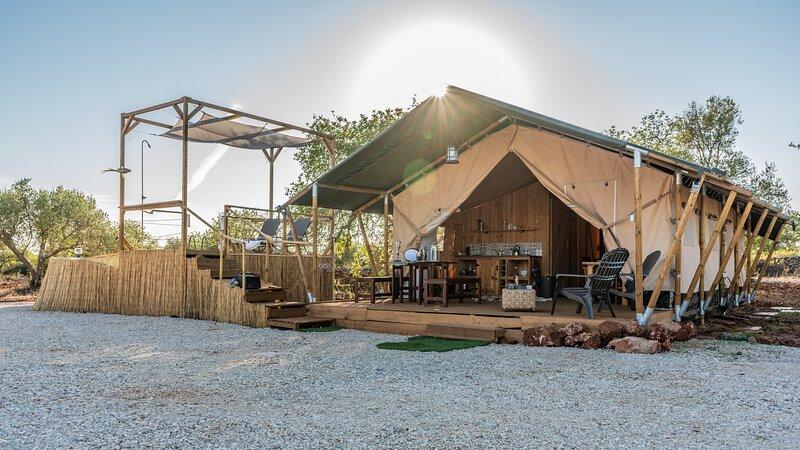 Safari tent with private pool in Albufeira, casa vacanza a Espargal