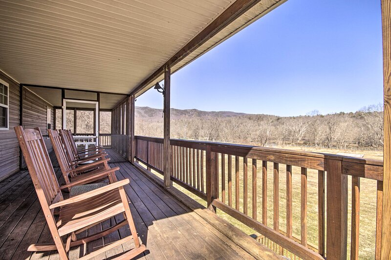 NEW! Secluded Rileyville Cabin w/ Hot Tub & Grill!, holiday rental in Bentonville