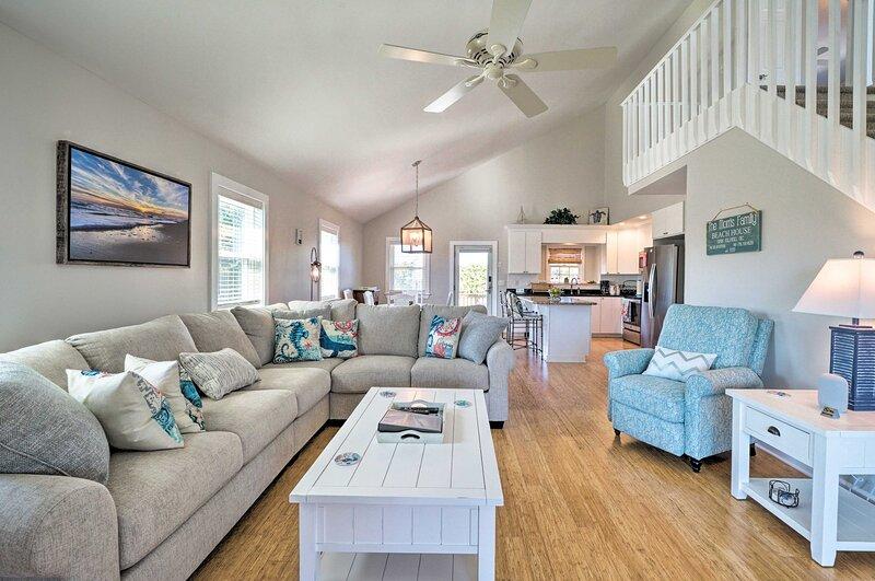 NEW! Carefree Coastal Getaway - Walk to Long Beach, holiday rental in Long Beach