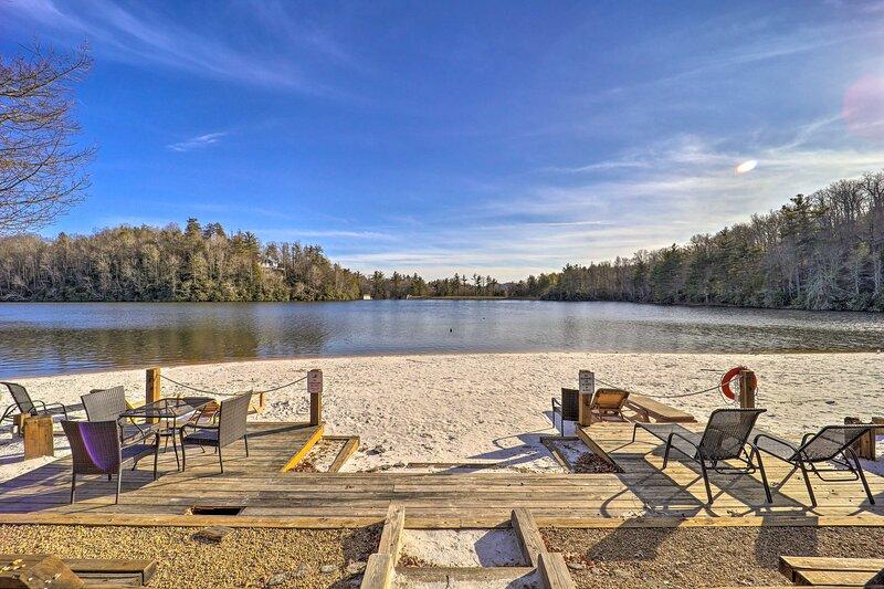 NEW! Cozy & Modern Newland Cabin: Fire Pit & Deck!, holiday rental in Jonas Ridge