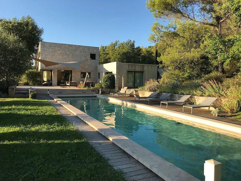 Maison contemporaine, splendide vue du Luberon, holiday rental in Castellet