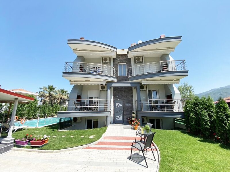 Stavros Seaside Retreat-Stylish Suite With Pool, holiday rental in Paralia Ofriniou