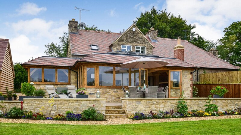 Hyde Tyning Cottage - Luxury holiday home in Minchinhampton, large garden with d, holiday rental in Stroud