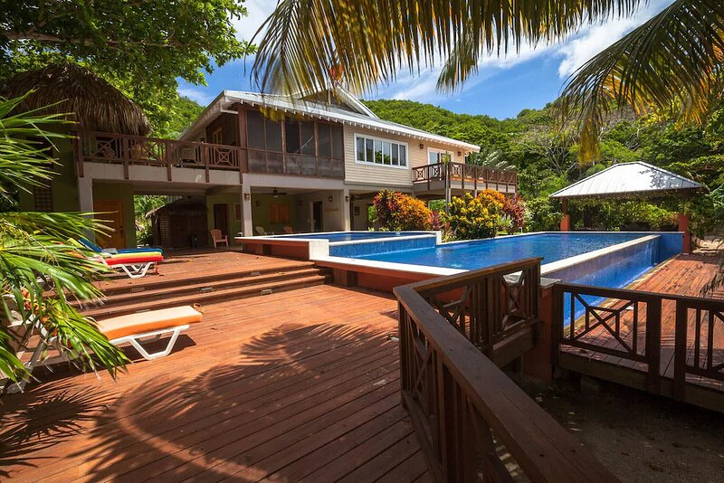 Secluded Beachfront 4BR Luxury Villa - Fully Staffed on Camp Bay Beach, Roatan, holiday rental in Camp Bay