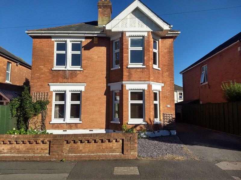 Large Spacious Edwardian House, vacation rental in Ferndown