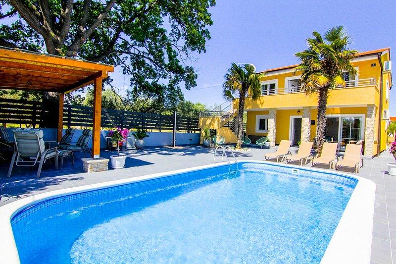 Villa Ema with private pool in Sukošan, aluguéis de temporada em Sukosan
