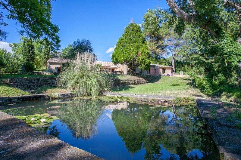 La delicieuse - Au coeur du Luberon, une villa avec piscine et jardin, holiday rental in Saint-Pantaleon