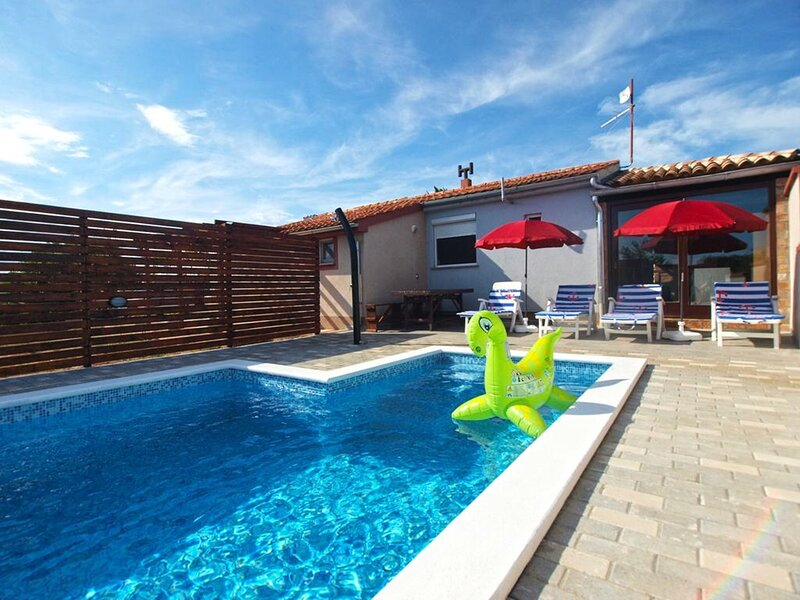 Holiday Home Mario - Three Bedroom House with Private Pool, holiday rental in Skatari