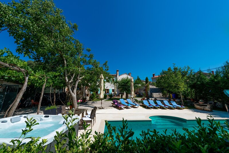 Villa Walter - Four Bedroom Villa with Pool, Jacuzzi, Table Tennis, aluguéis de temporada em Zminj