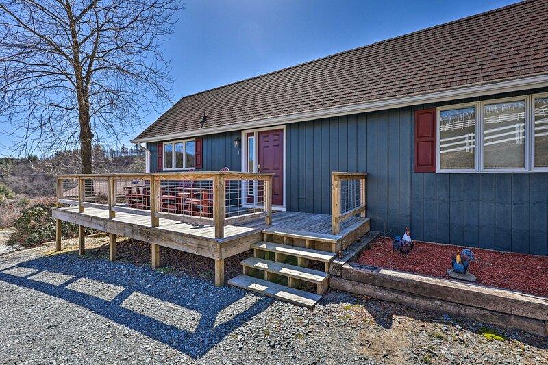 NEW! Appalachian Horse Ranch Retreat w/ Mtn Views!, location de vacances à Deep Gap