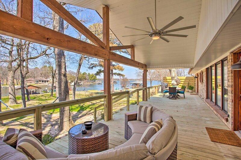 NEW! Luxury Waterfront Getaway on Cedar Creek Lake, casa vacanza a Malakoff
