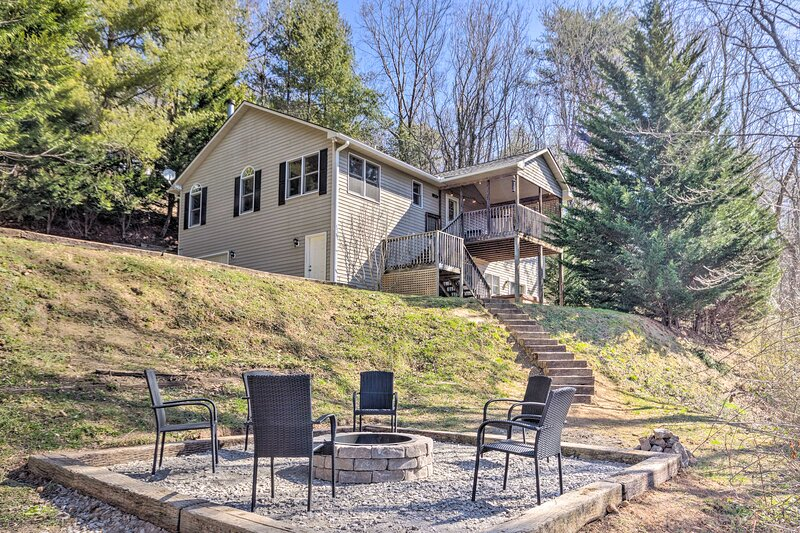 NEW! Bright Asheville Retreat w/ Hot Tub & Decks!, alquiler de vacaciones en Swannanoa