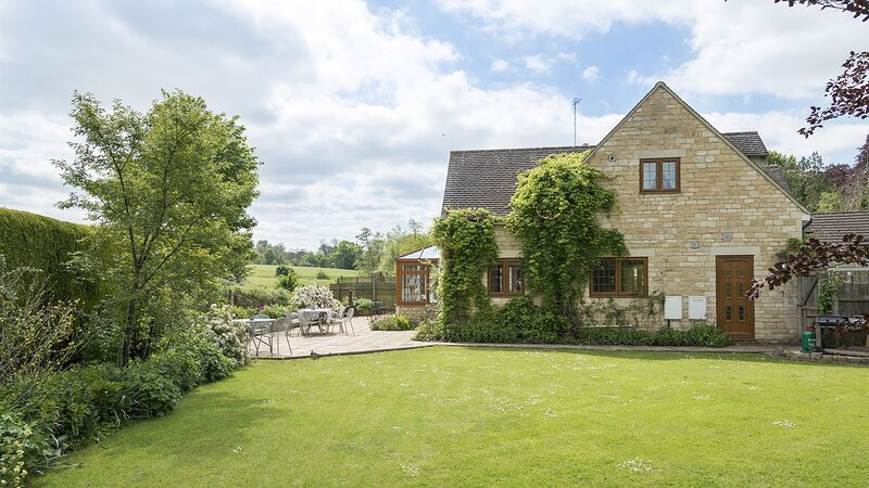 Kingfisher Cottage - A spacious and modern retreat in Winchcombe, by the River I, holiday rental in Little Washbourne