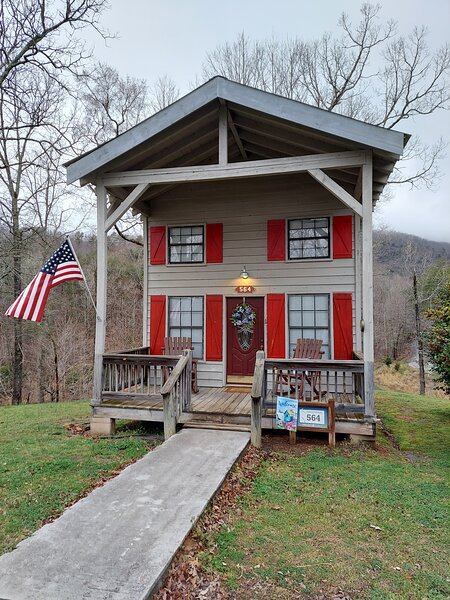 Lookout Mountain GA Holly Berry Cabin 1 bed 1bath on private lake, alquiler de vacaciones en LaFayette