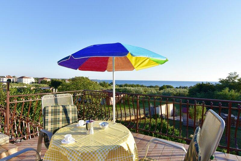 Appartamento Luciana 2 per famiglie, terrazzo vista mare, holiday rental in Zambratija