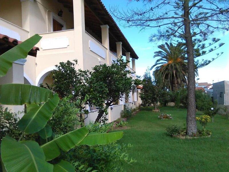 Seaside apartment village among gardens and close to the resort centre!, location de vacances à Acharavi