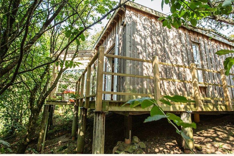 Treetop luxury- Unique hidden cabin near beach, location de vacances à Whitehall