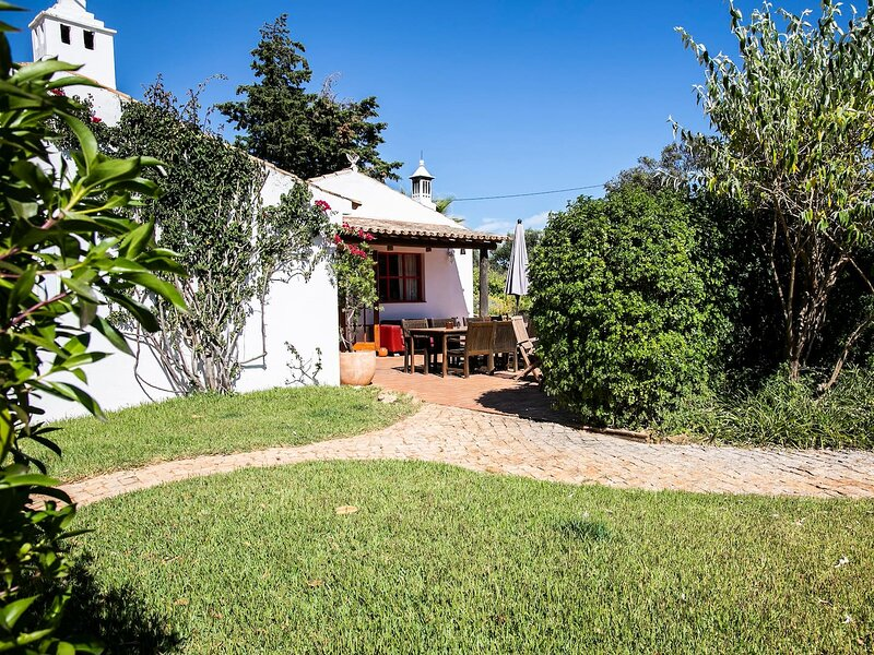 [3] Spacious 2-BR Family Cottage w/ Shared Pool, holiday rental in Barao de Sao Joao