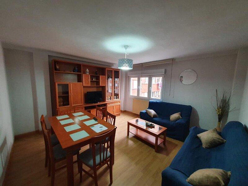 El 3º de San Isidro - Amplio piso de 4 habitaciones cerca de Poniente y Centro, holiday rental in Roces-Sur