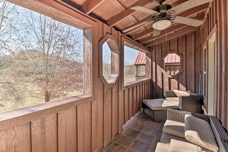 NEW! River Cabin w/ Balcony < 1 Mile to Sugarloaf!, casa vacanza a Drasco
