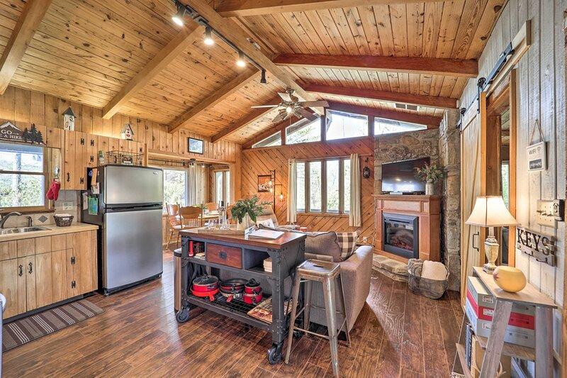 NEW! Dog-Friendly Cabin w/ Deck by Lake + Trails!, alquiler de vacaciones en Jonas Ridge
