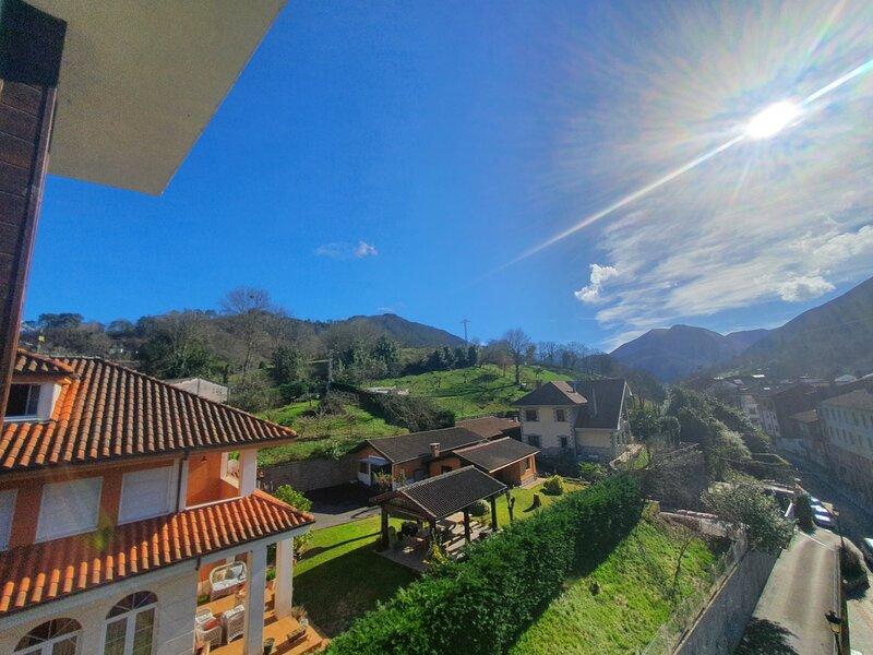 Apartamento de 2 hab en Cangas de Onis con WIFI, Garaje, Cuna, Supletoria, 5 pax, holiday rental in Soto de Cangas