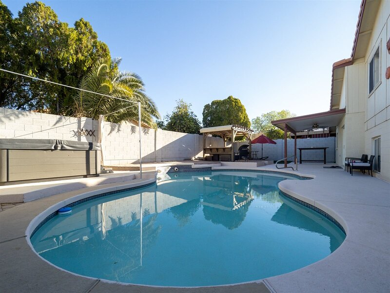 New Listing! Longer Stay Discounts! Newly Furnished House w/ Pool Heater, Hot Tu, alquiler vacacional en Peoria