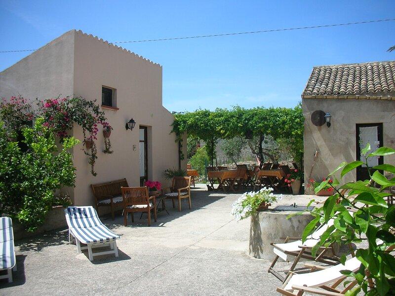 Baglio Anastè between history and nature, location de vacances à Fulgatore