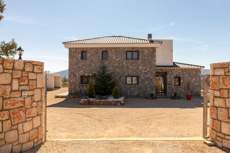 Exclusive villa in Valencia inland, private pool, football and basketball court., holiday rental in Ayora