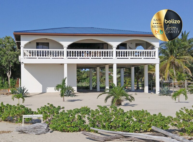 The White House in Placencia, right on the beach, in Placencia Village, Belize, aluguéis de temporada em Stann Creek