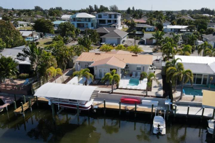Beautiful Matlacha Isles Pool Home on Gulf Access Canal With Boat Dock, Kayaks,, holiday rental in Matlacha