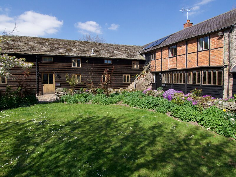 THE OLD BARN, woodburning fire, WiFi, near Eardisley, vacation rental in Titley