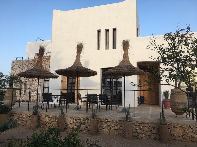 Maison dhotes 12 personnes, 5 chambres, location nuitee ou entiere, aluguéis de temporada em Sidi Kaouki