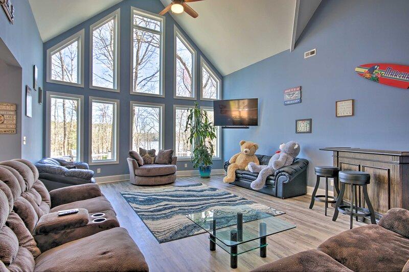 NEW! Newly Built Lakefront Home w/ Dock & Kayaks!, aluguéis de temporada em Westville