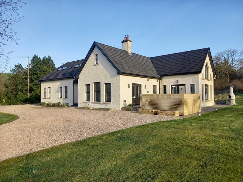 Kilskeery Lodge. Detatched modern country house with two private fishing lakes, alquiler de vacaciones en Enniskillen