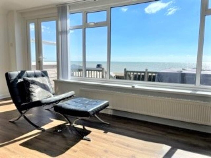 Beach Hideaway Waters Edge Yards From Decking The Cozy Clam, holiday rental in Pevensey