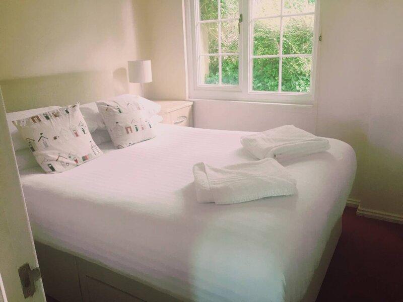 2 Bedroom Chalet  - Praa Sands, Cornwall, vacation rental in Tresowes