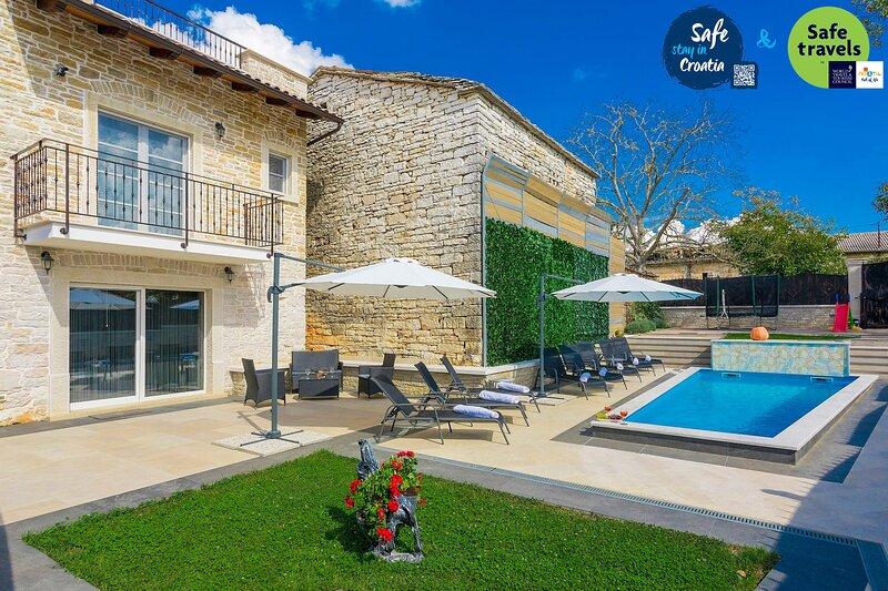 Beautiful Villa Patrick, in Istria, with a Pool, alquiler vacacional en Kircija