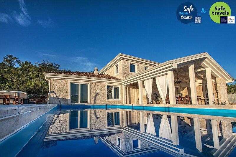 Stone Villa Belvedere, on Kvarner, with a Pool, casa vacanza a Jadranovo