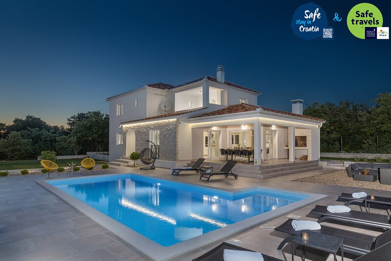 Beautiful Villa Lumi, near Zadar, with a Pool, vacation rental in Policnik