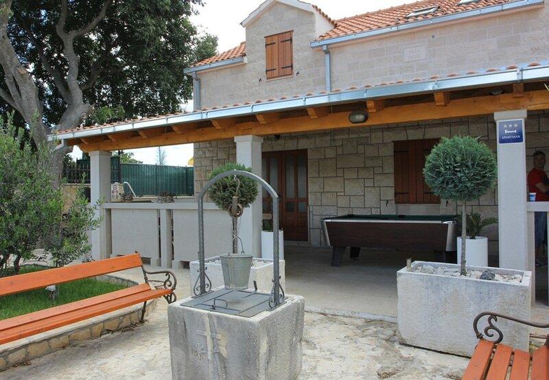 Niksi - with pool: H(8+4) - Skrip, holiday rental in Skrip