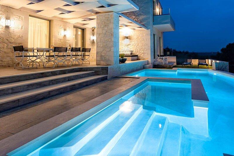 Mythic Grove Villa - Amazing View - Heated Pool!, alquiler vacacional en Kontomari